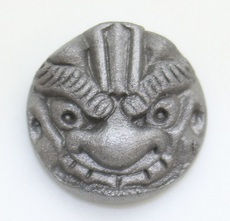 ピンバッジ(ミニ鬼瓦2.7㎝)(剣)